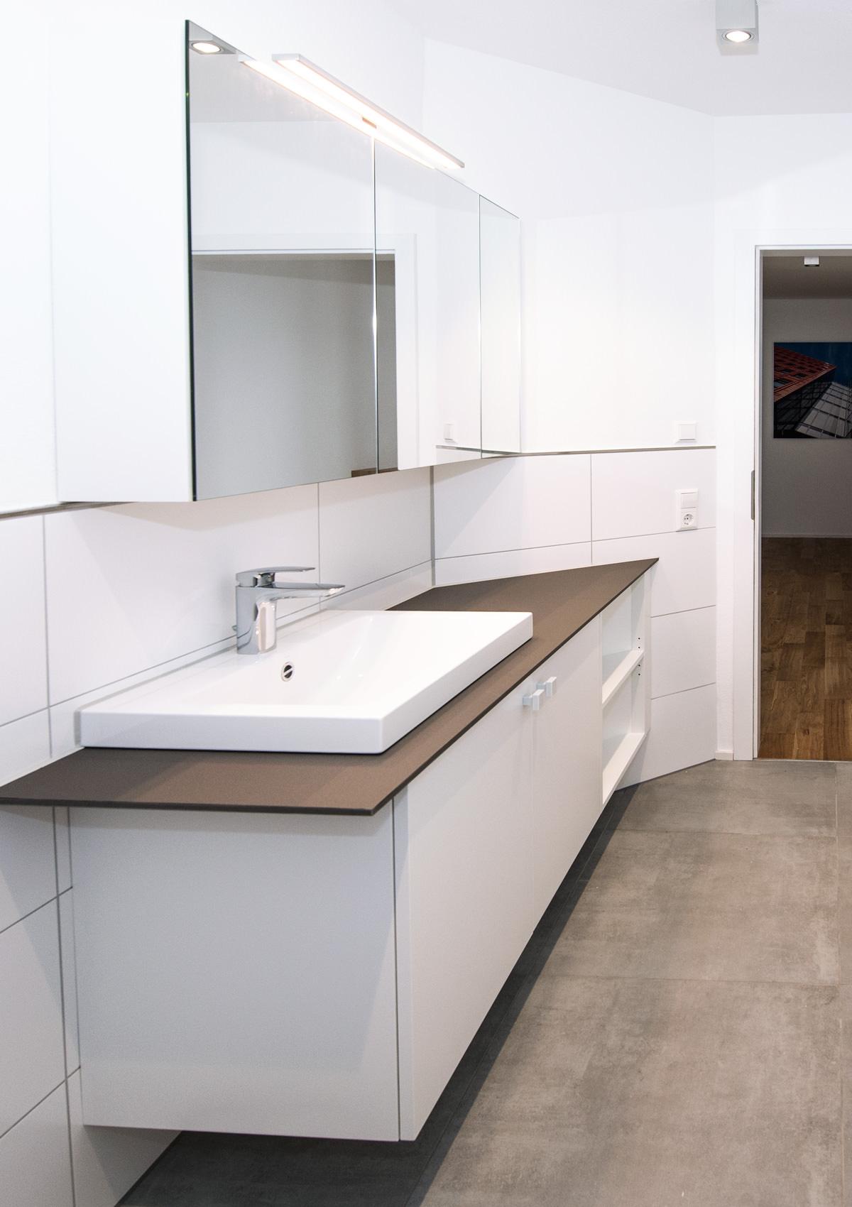 einbau schrankwand badezimmer mit spiegelschrank reiner knabl m belwerkstatt. Black Bedroom Furniture Sets. Home Design Ideas