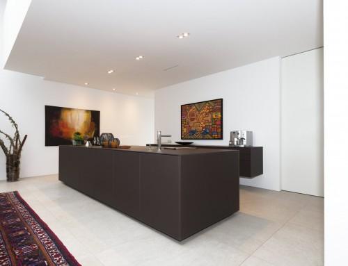 Küche mit Glasfronten, Küchenblock und Einbauschrank